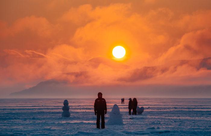 Listvyanka winter sunset snowman fog on mountains